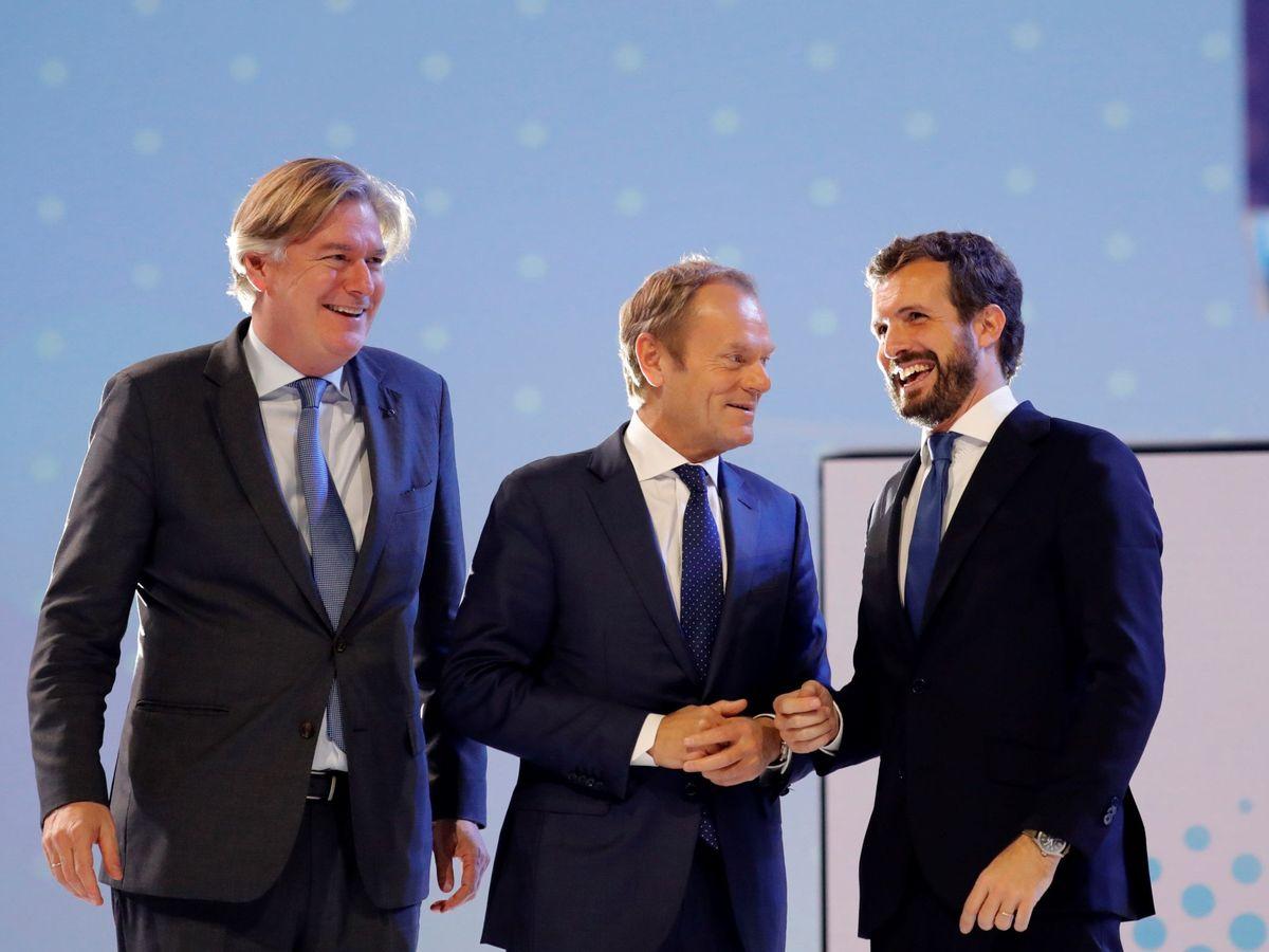 Foto: El secretario general del PPE, Antonio López Isturiz, el flamante presidente del PPE Donald Tusk y el líder del PP en España Pablo Casado. (EFE)