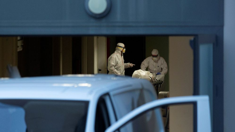 Foto: Personal sanitario enviado a la residencia geriátrica Santa Oliva, en Barcelona, el pasado martes. (EFE)