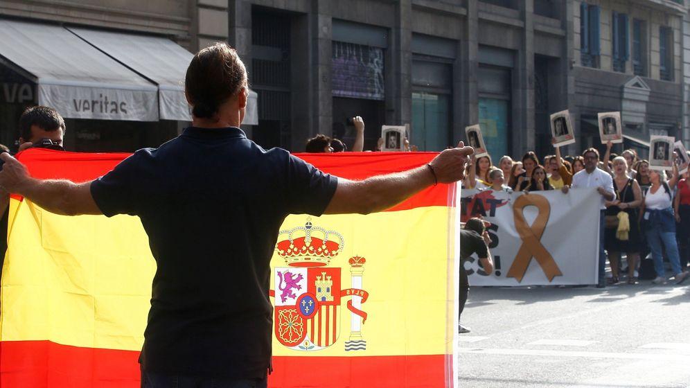 Foto: Un hombre con una bandera española se enfrenta a los independentistas en la Via Laietana de Barcelona. (EFE)
