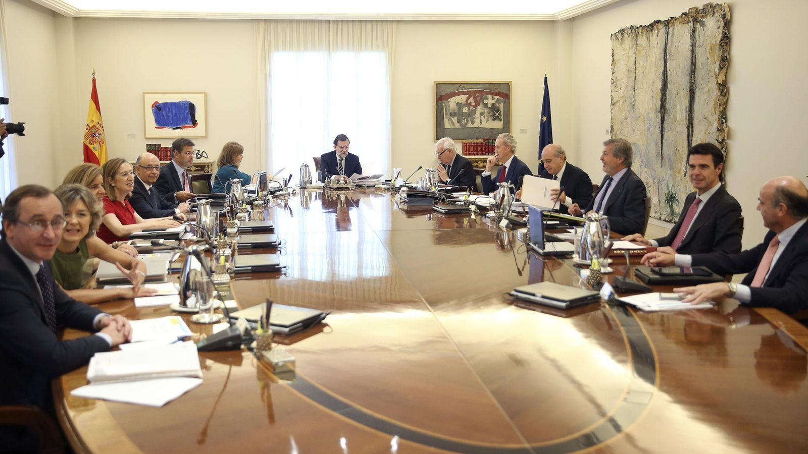 Foto: Rajoy, con sus ministros en La Moncloa, el viernes. (EFE)