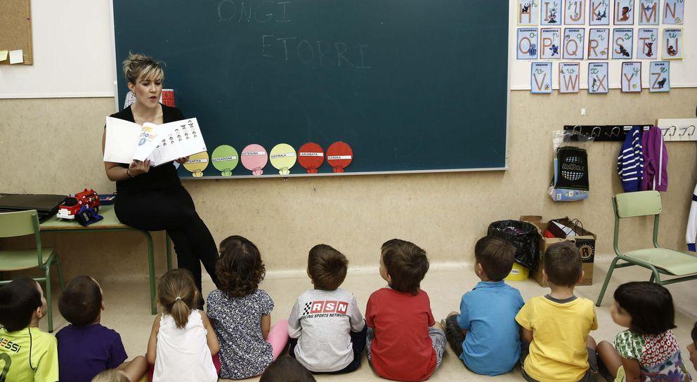 Foto: Una profesora en un aula de Navarra (EFE/Jesús Diges)