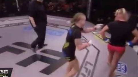 Una luchadora pierde su combate de MMA tras pensar que había acabado el round