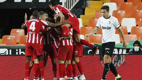La insistencia del Atlético tiene premio gracias a la mala fortuna del Valencia (0-1)