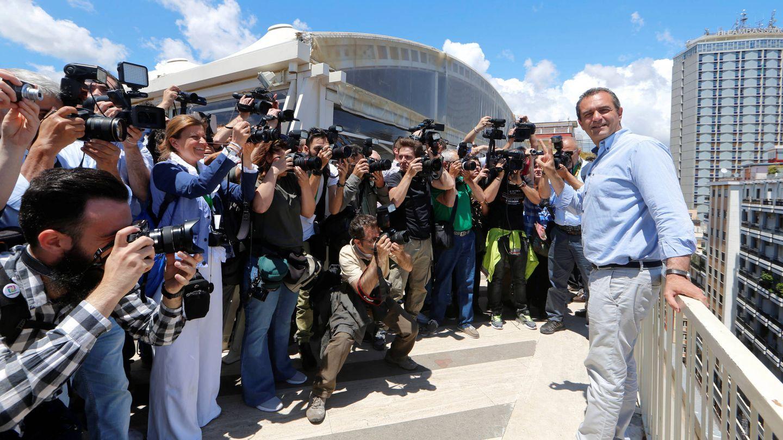 Luigi de Magistris posa ante las cámaras tras ser elegido alcalde de Nápoles. (Reuters)