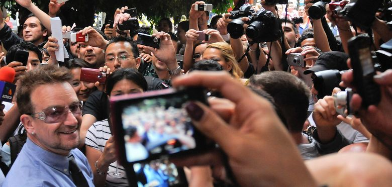 Foto: Bono rodeado de fans de U2 en México D.F. en 2011. (EFE)