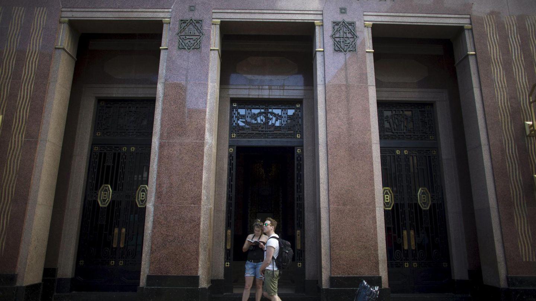 Dos turistas frente a la antigua sede de la firma Bacardí en La Habana. (Reuters)