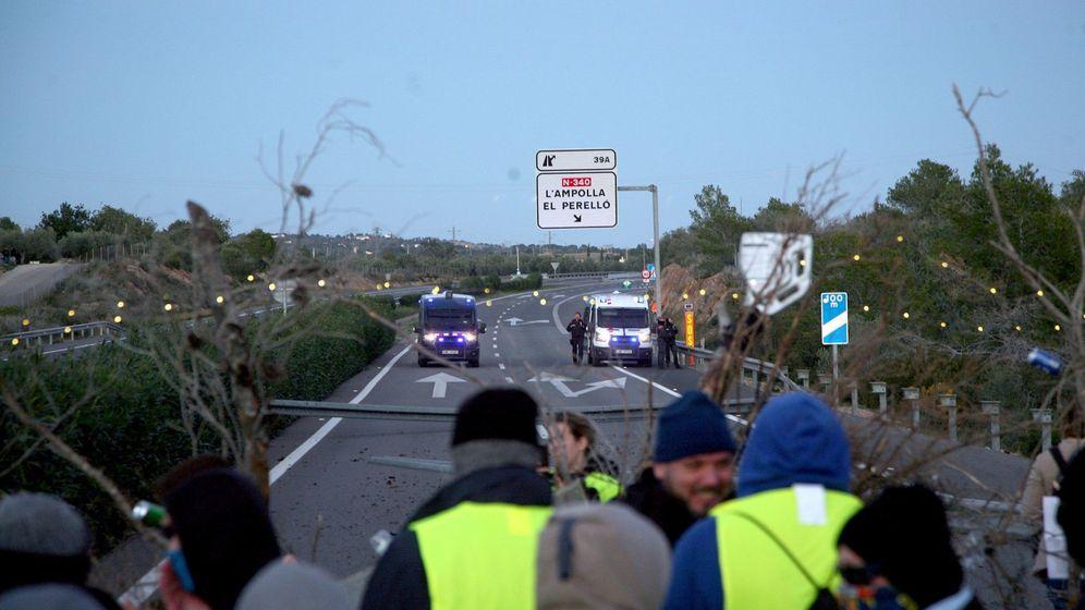 Foto: El corte de tráfico organizado por los Comités de Defensa de la República (CDR) en la AP-7 a su paso por L'Ampolla (Tarragona). (EFE)
