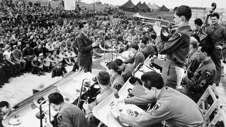 Glen Miller, actuando para el ejército americano en 1942. (The Granger Collection/Cordon Press)