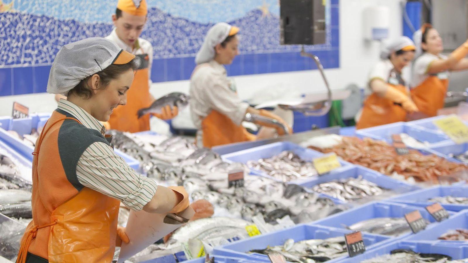 Foto: Empleados de la sección de pescadería. (Mercadona)