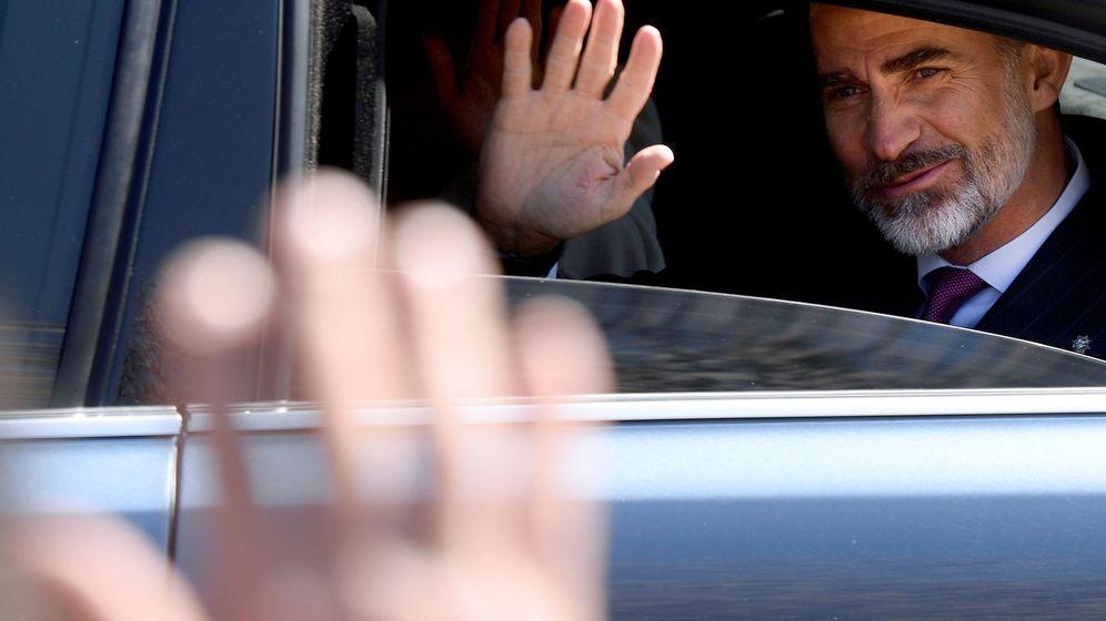 Foto: Felipe VI saluda desde su coche en un acto en Valladolid. (EFE)