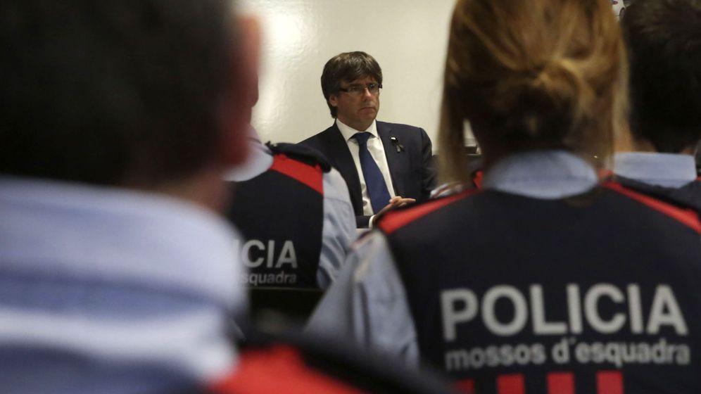 Foto: Puigdemont, en la comisaría de los Mossos de Cambrils