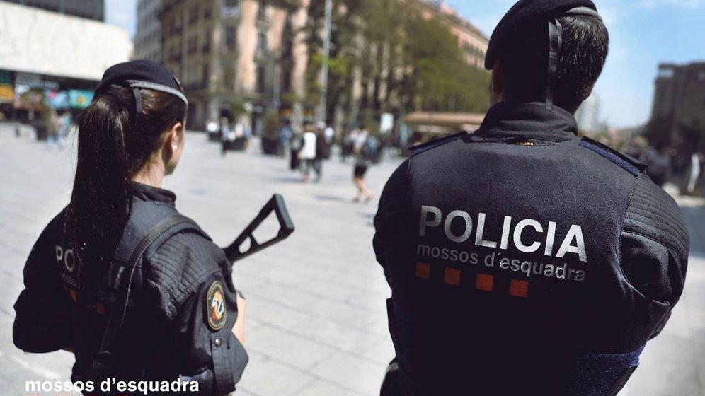 Foto: Dos agentes de los Mossos - Archivo.