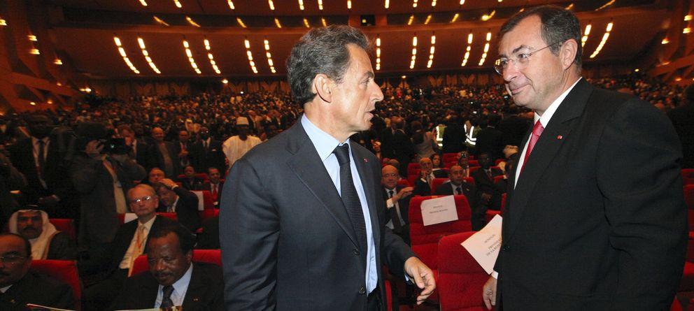 Foto: Martin Bouygues junto a Nicolas Sarkozy durante la investidura del presidente Alassane Quattara en Costa de Marfil (Reuters).