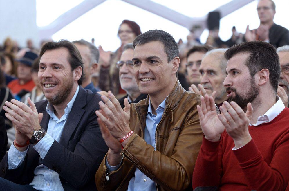 Foto: Pedro Sánchez, flanqueado por el alcalde de Valladolid, Óscar Puente, y el líder del PSOE en Castilla y León, Luis Tudanca, el pasado sábado en Valladolid. (EFE)