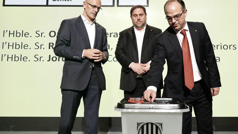 Oriol Junqueras, Jordi Turull y Raül Romeva con una urna del 1-O. (EFE)