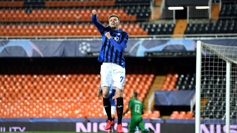 Un jugador del Atalanta celebra un gol en un Mestalla desierto. (EFE)