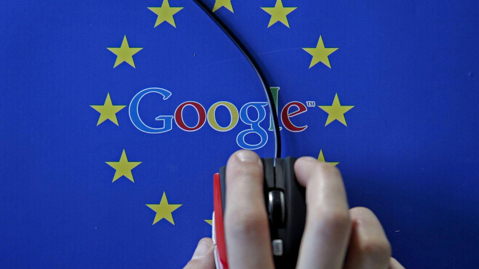 Foto: El logo de Google frente a la bandera de la Unión Europea. (Reuters)