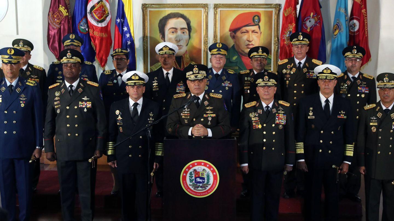 Algunos generales de esta foto, presidida por el ministro de Defensa V. Padrino, están por la tercera vía.(EFE)