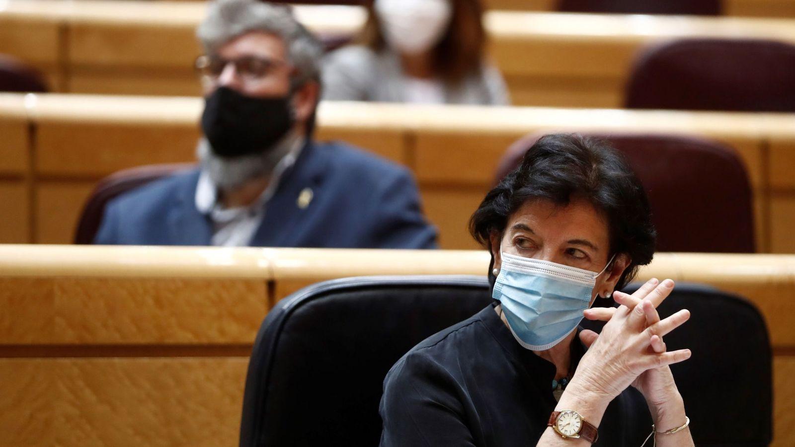La ministra de Educación, Isabel Celaá, durante la sesión de control al Gobierno en el Senado. (EFE)