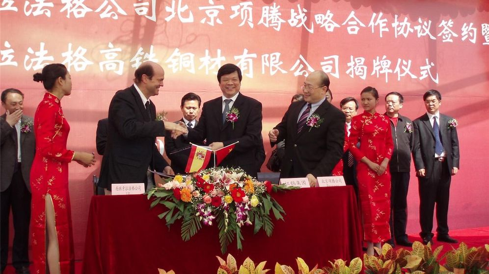 Foto: Oriol Guixá junto a las autoridades chinas, en una visita a la planta asiática. (Foto: La Farga)