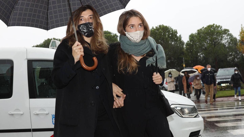 Xandra Falcó y una de sus hijas, a su llegada al tanatorio. (Lagencia Press)
