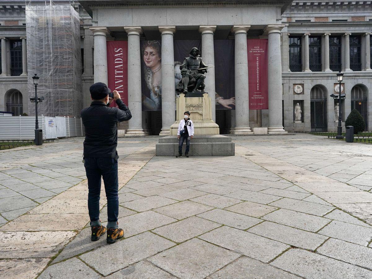 Foto: Un hombre, frente al Museo del Prado. (EFE)
