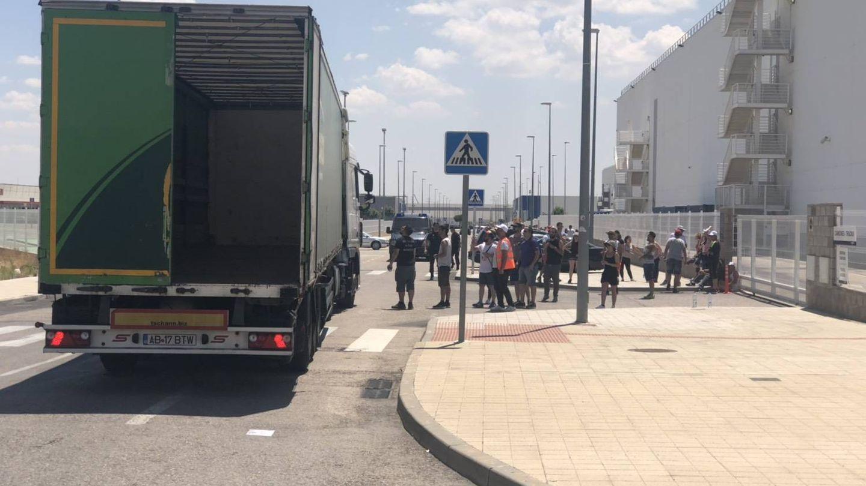 Un camión intenta acceder al centro logístico. (M.MC)