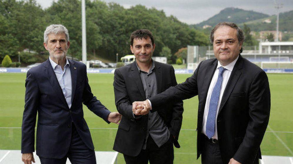 Foto: Asier Garitano, entre Roberto Olabe y Jokin Aperribay, en Zubieta. (EFE)