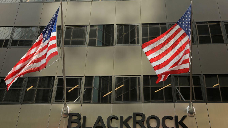 La SEC denuncia a un productor de cine por defraudar 13 M a BlackRock por una mansión