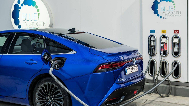El repostaje de un vehículo de pila de combustible en una hidrogenera lleva entre tres y cinco minutos. El Toyota Mirai anuncia 650 kilómetros de autonomía.