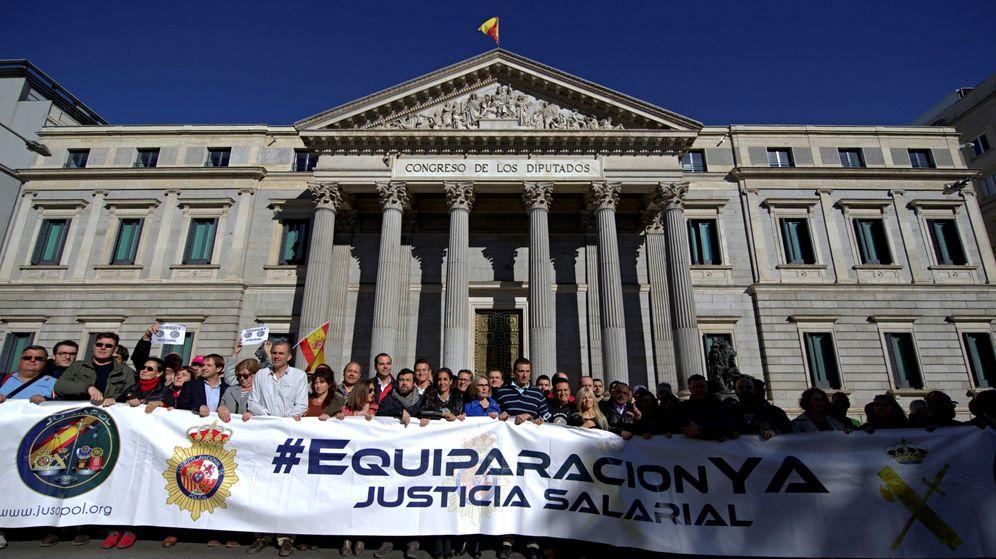 Foto: Policías y Guardias Civiles frente al Congreso de los Diputados. (EFE)