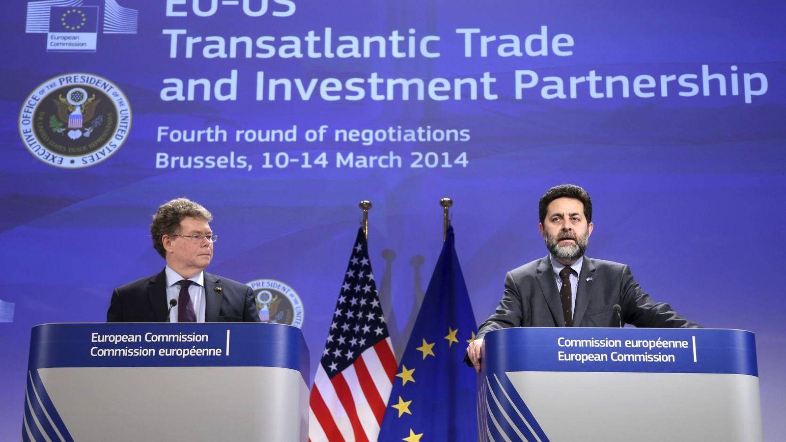 Foto: Ignacio García Becerro (dcha.) junto a su homólogo estadounidense, Dan McLlaney, en una rueda de prensa sobre el TTIP (Reuters)