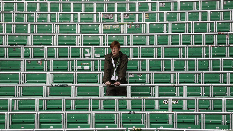 Foto: Un solitario aficionado del Celtic en la grada de pie de Celtic Park, inaugurada esta temporada. (Craig Brough/Reuters)