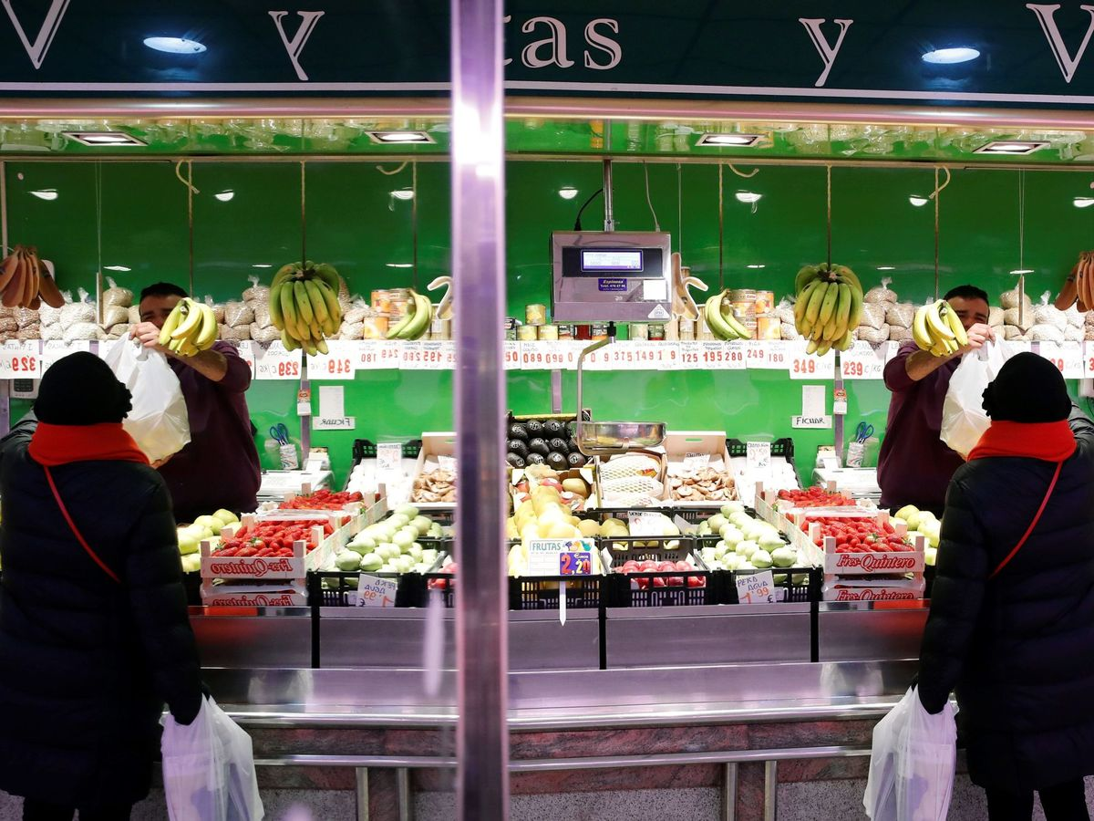 Foto: Una frutería, en un mercado de Madrid. (EFE)