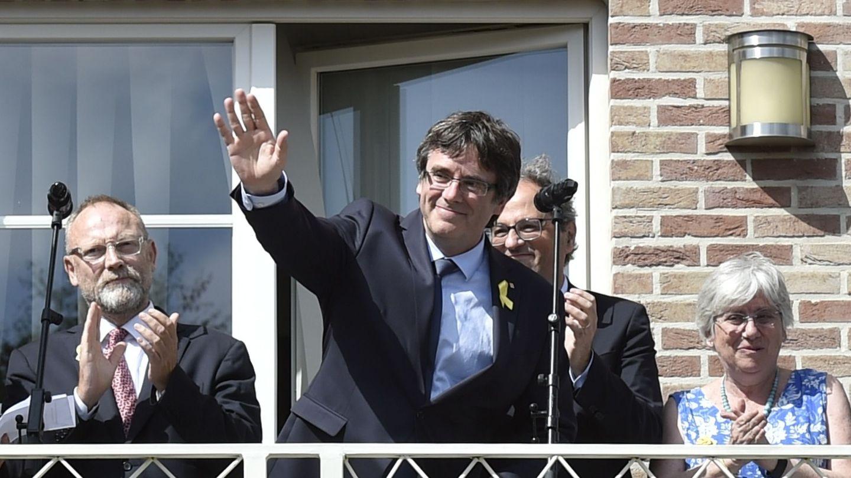 Carles Puigdemont saluda a sus seguidores desde su residencia en Waterloo, Bélgica. (Reuters)