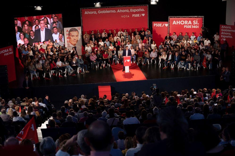 Foto: Pedro Sánchez, este 5 de noviembre en Badajoz, en el mitin que compartió con Guillermo Fernández Vara. (EFE)