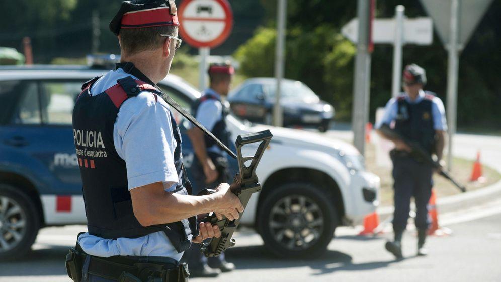 Foto: Varios agentes de los Mossos d´Esquadra. (EFE)