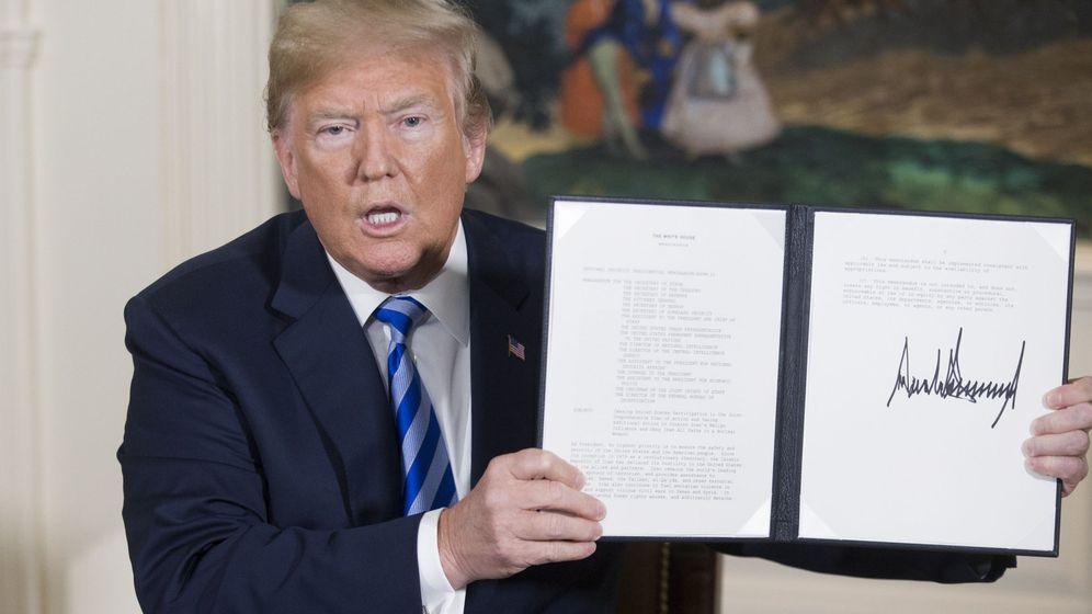 Foto: Trump muestra el decreto con el que abandona el acuerdo nuclear. (Reuters)