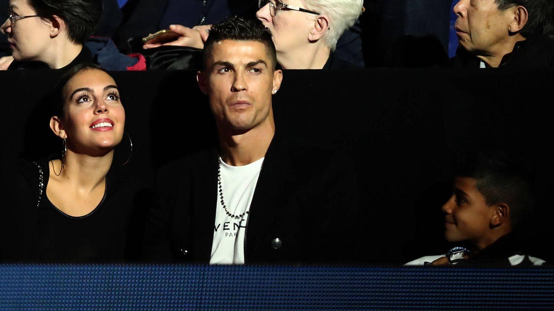 Cristiano Ronaldo, Georgina y el hijo mayor de él, en un partido de tenis. (Getty)