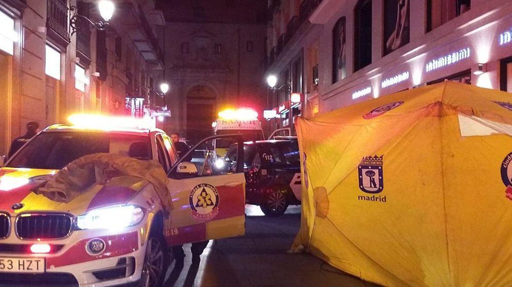Foto: Hospital de campaña montado por los servicios de emergencia tras la batalla campal en Sol. (EFE)