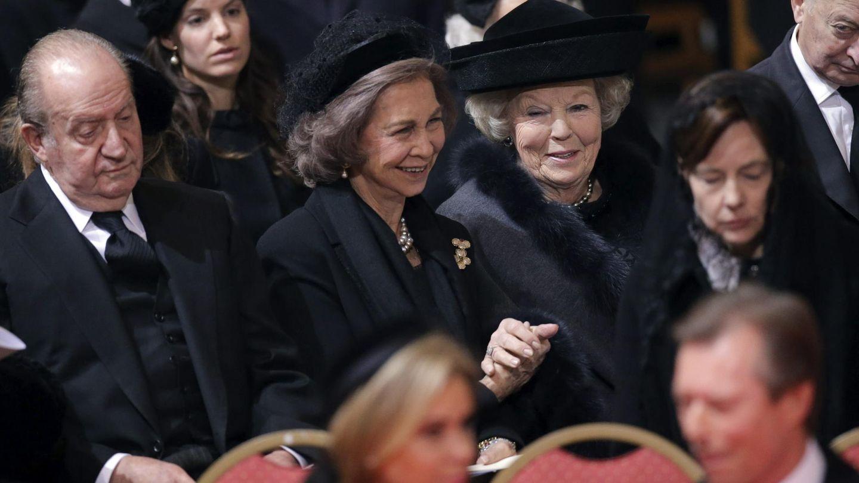 Los reyes Juan Carlos y Sofía, con la princesa Beatriz de Holanda en el funeral de Fabiola de Bélgica. (EFE)