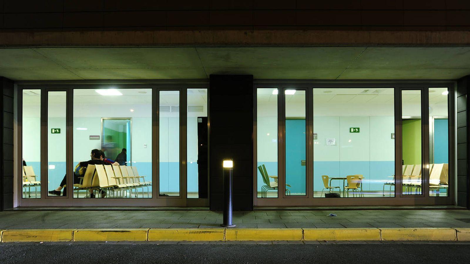 Foto: Vista nocturna de las urgencias del Hospital Arnau de Vilanova. (iStock)