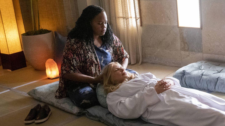 Belinda (Natasha Rothwell) y Tanya (Jennifer Coolidge). (HBO)
