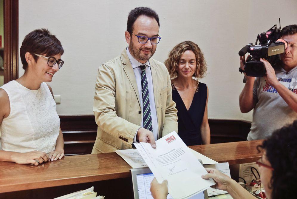 Foto: Antonio Hernando presenta en el registro del Congreso una iniciativa socialista acompañado de Isabel Rodríguez y Meritxell Batet, portavoces adjuntas. (EFE)