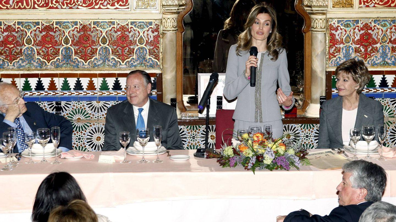 La Princesa de Asturias, Laura Valenzuela, el exalcalde de Madrid José María Álvarez del Manzano y el dibujante Antonio Mingote, tras recibir el Garbanzo de Plata en 2010. (EFE)