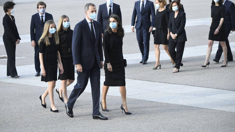 Los Reyes y sus hijas, en el funeral por las víctimas del covid-19. (LP)