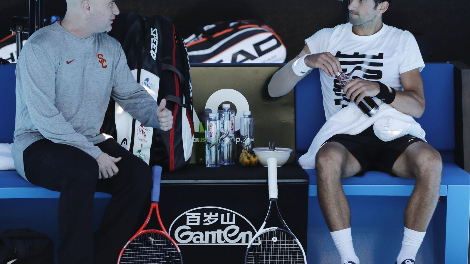 Foto: Agassi comenta con Djokovic en Melbourne. (Reuters)