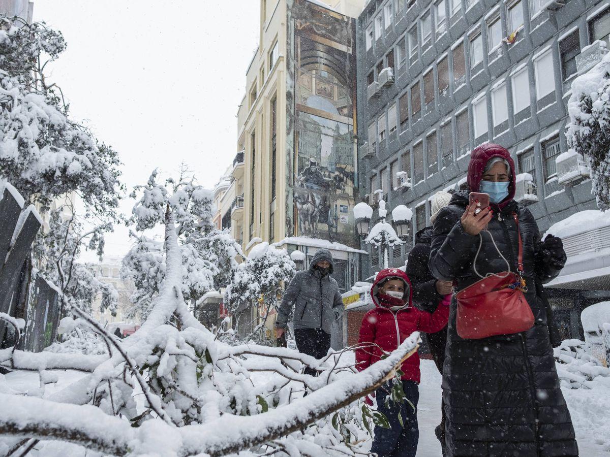 Foto: Vista de la calle Montera durante la nevada de la borrasca Filomena en Madrid. (Sergio Beleña)