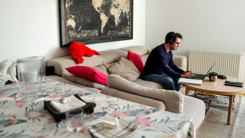 Un hombre teletrabaja desde su domicilio en Madrid. (EFE)
