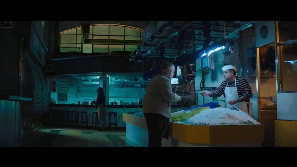 Foto: Carlos Ledesma, actor y pescadero, junto al protagonista del anuncio